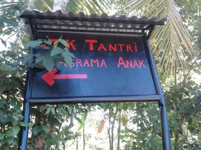 "Het bord ""TK Tantri / Asrama Anak Pohsanten"" ... linksaf dus"